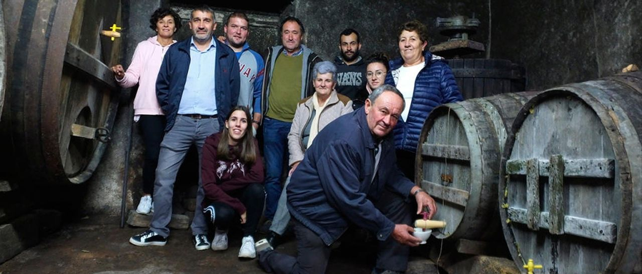 Comisión de fiestas de la XXI Festa do Viño Novo de Arantei, en Salvaterra. // D.P.