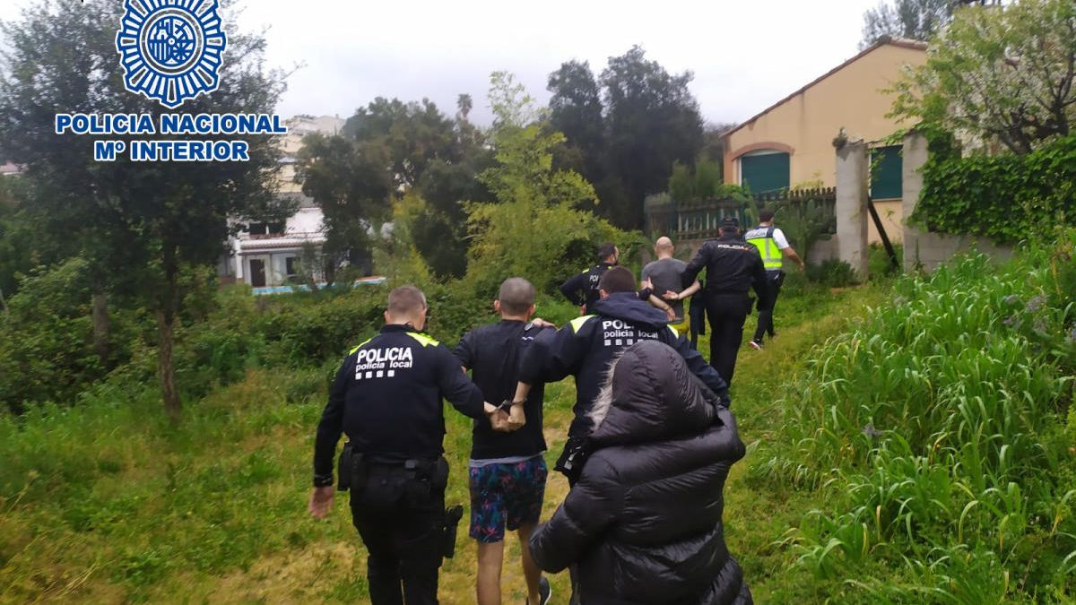 Els agents del CNP i la Policia Local amb els detinguts