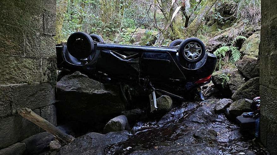 Una joven muere al caer un coche en un regato en A Cañiza