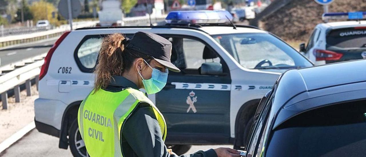 La Guardia Civil controla que se cumpla el cierre perimetral de la Comunidad Valenciana.