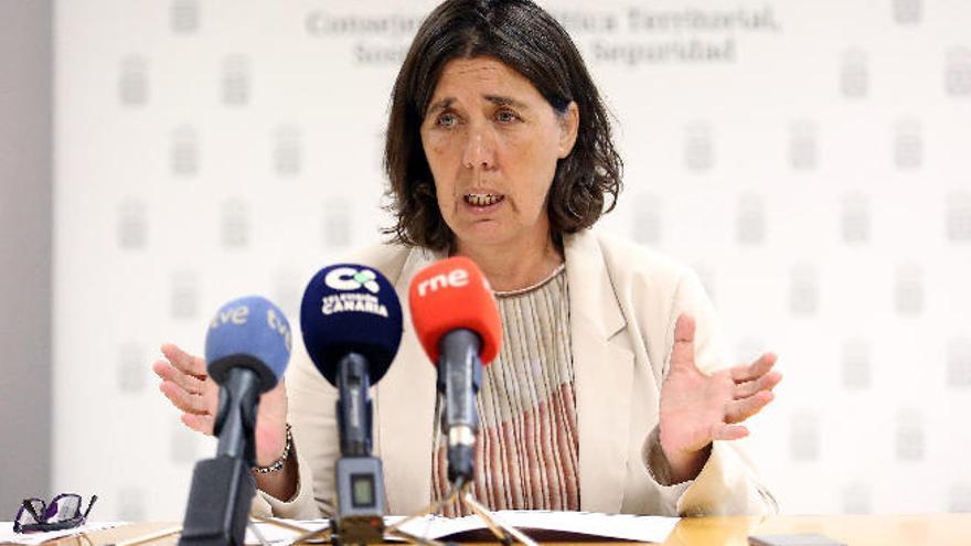 Una consejera del Cabildo de Tenerife participa en una videoconferencia mientras conduce por la capital