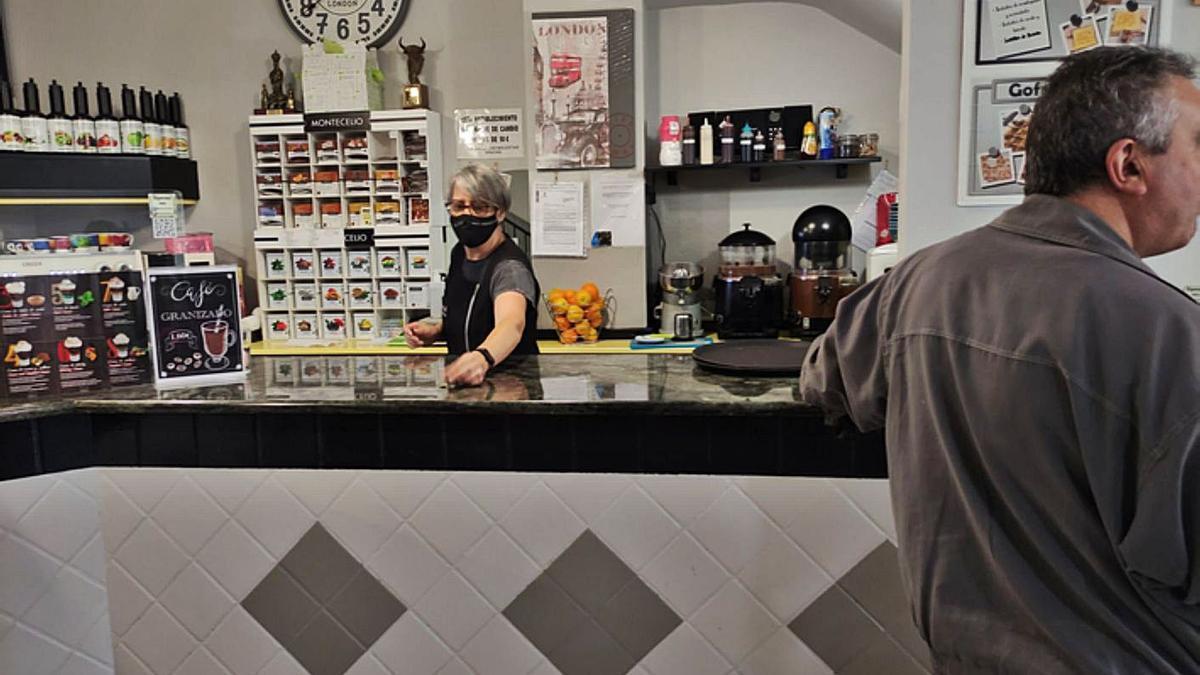 Una de las cafeterías de la zona centro de Benavente, con acceso a la barra. | E. P.