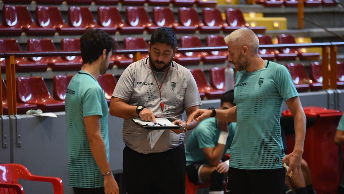 El técnico del Córdoba Futsal, Josan González, junto a uno de los lesionados, Miguelín (d), en un entrenamiento.