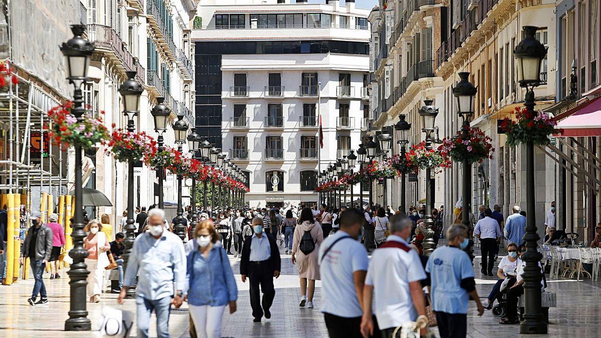 Paseantes en el centro de Málaga capital.