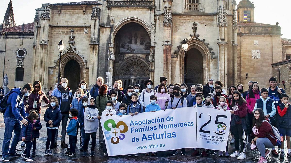 Integrantes de AFNA, frente a la Catedral de Oviedo, antes de la visita. | Irma Collín