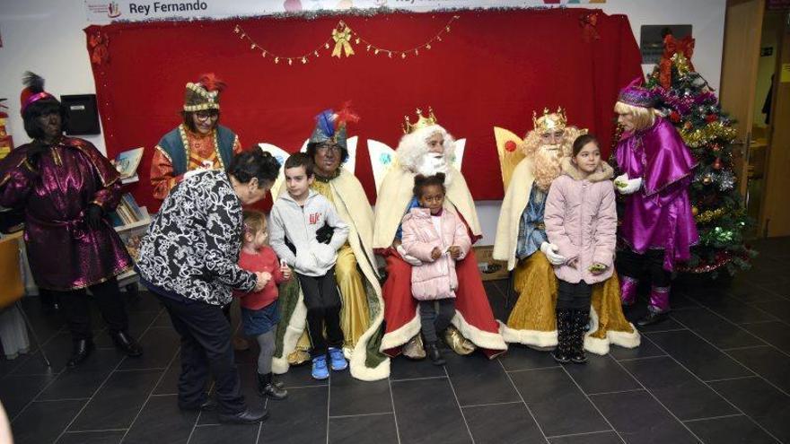 Los Reyes Magos visitan el centro de mayores Rey Fernando
