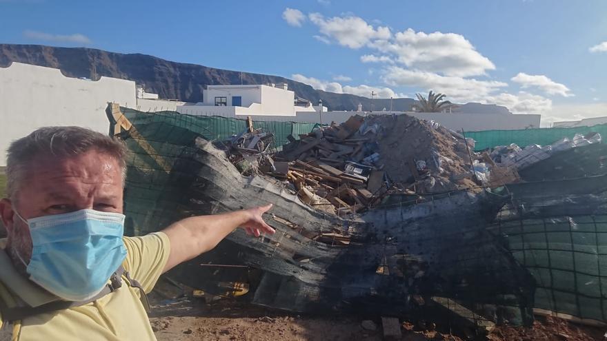 Denuncian una escombrera ilegal de materiales de construcción en una calle de La Graciosa