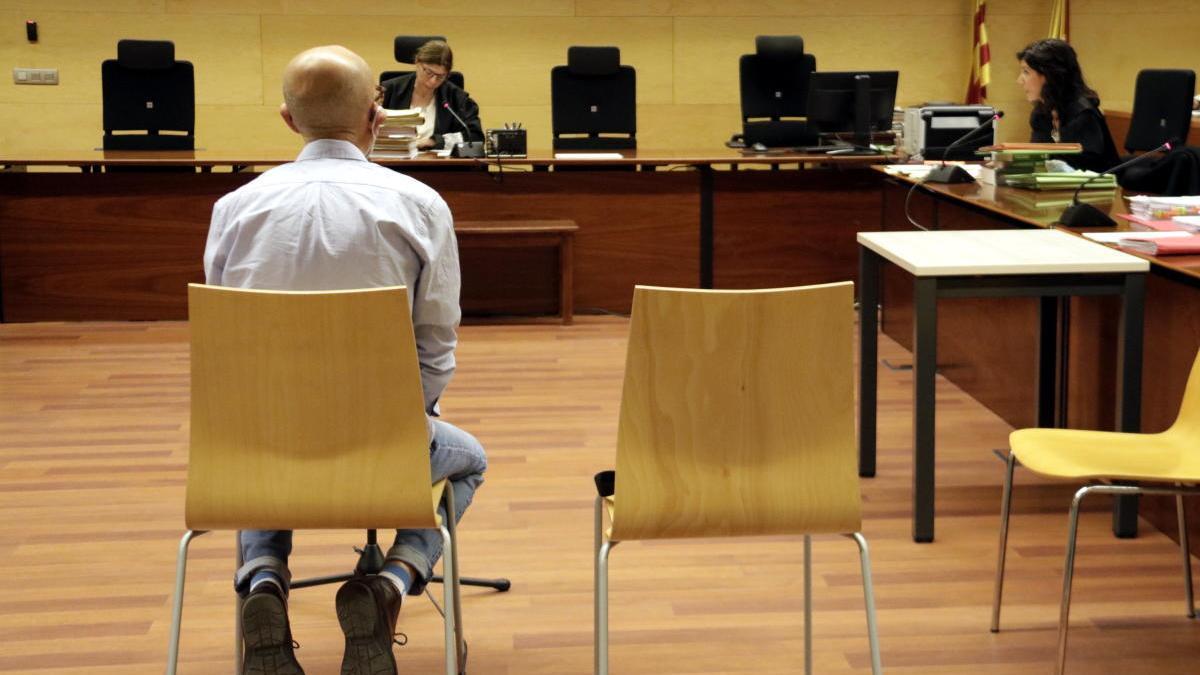 El venedor de llaminadures d'Hostalric acusat d'abusar sexualment de vuit nenes durant el primer dia de judici