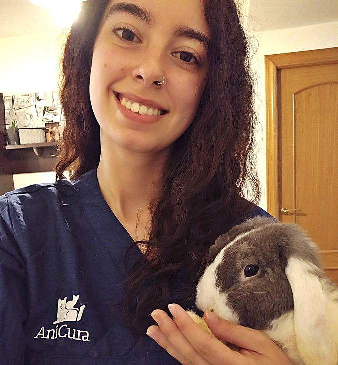 María Fernández, con un conejo enano.