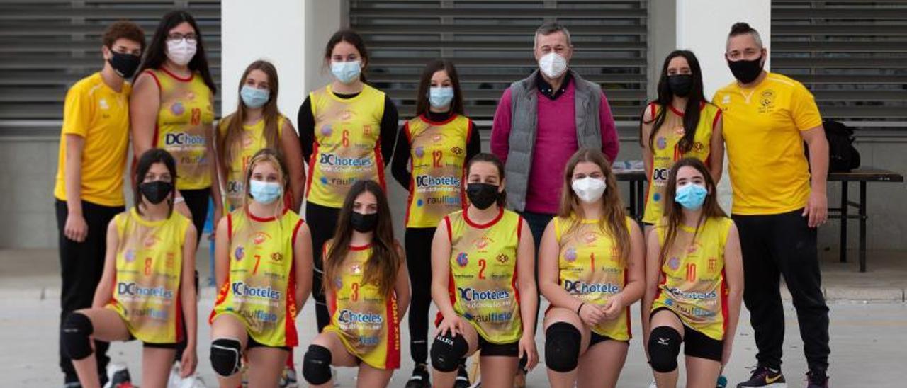 El equipo ee voleibol del Grau posa con el trofeo del torneo organizado por el Día de l'Esport. A la derecha, los alumnos/as con la atleta y entrenadora, Ainhoa Martínez | LEVANTE-EMV