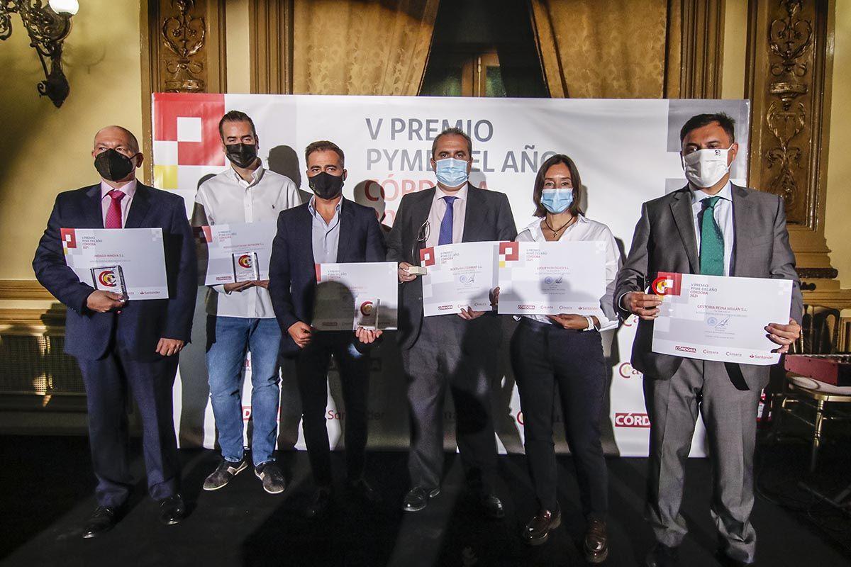 Fotografía de familia de los premiados a Pyme del año de Córdoba