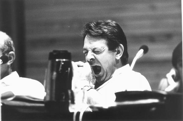 Carlos Manitlla bosteza durante un pleno municipal en 1988. // Magar