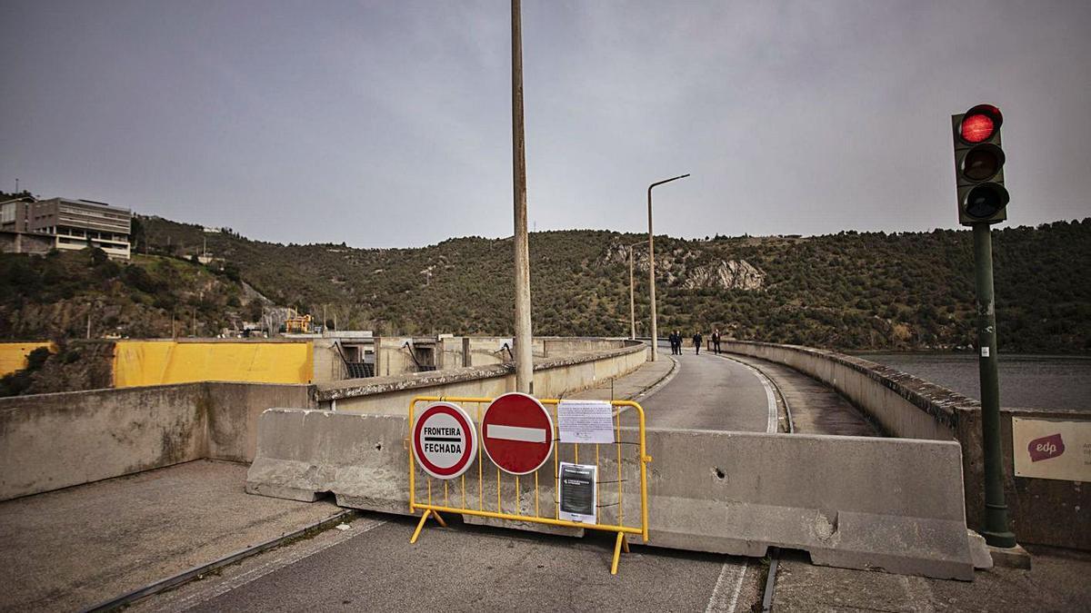 Cierre total del paso fronterizo de Bemposta como consecuencia de la pandemia. | Emilio Fraile