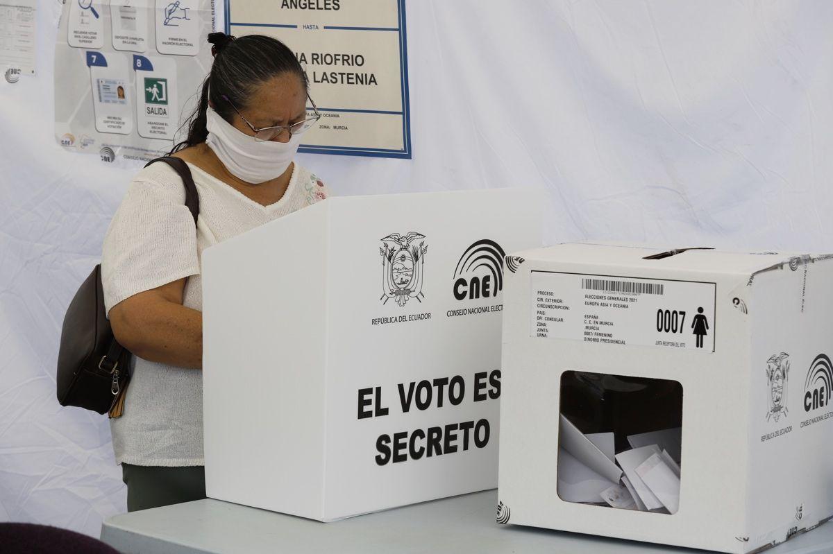 Los ecuatorianos residentes en la Región votan en las elecciones de su país
