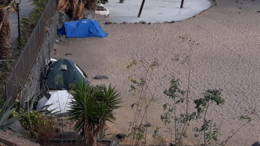 Santa Cruz desaloja a una decena de personas acampadas en la playa del Parque Martímo