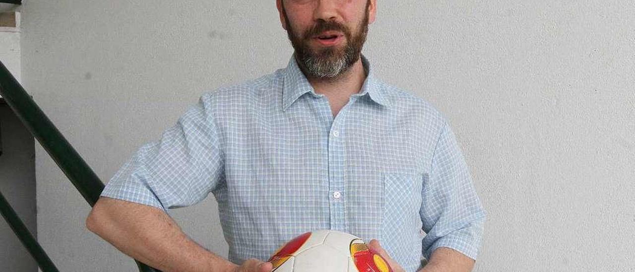 Modesto García, presidente de la UD Ourense, con un balón de fútbol en el estadio de O Couto. // Iñaki Osorio