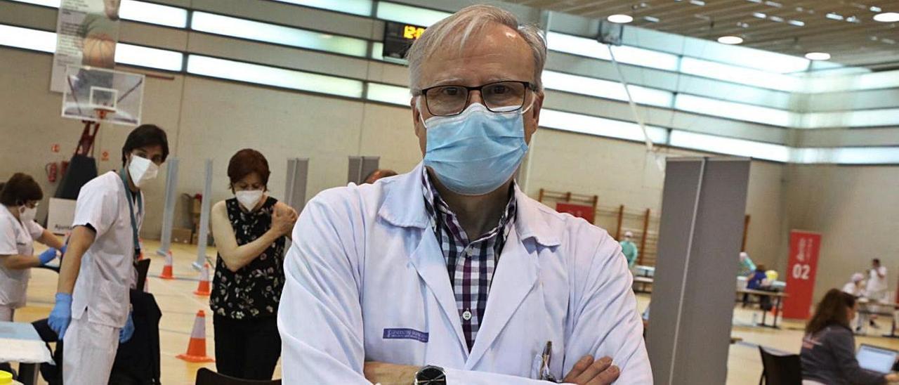 El médico Carlos de Gregorio durante la campaña de vacunación en El Toscar (Elche). |