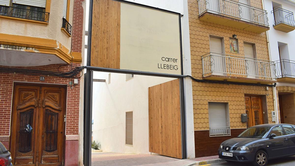 El portalón es un elemento urbano singular y que cumple un cometido: proteger del viento de Llebeig