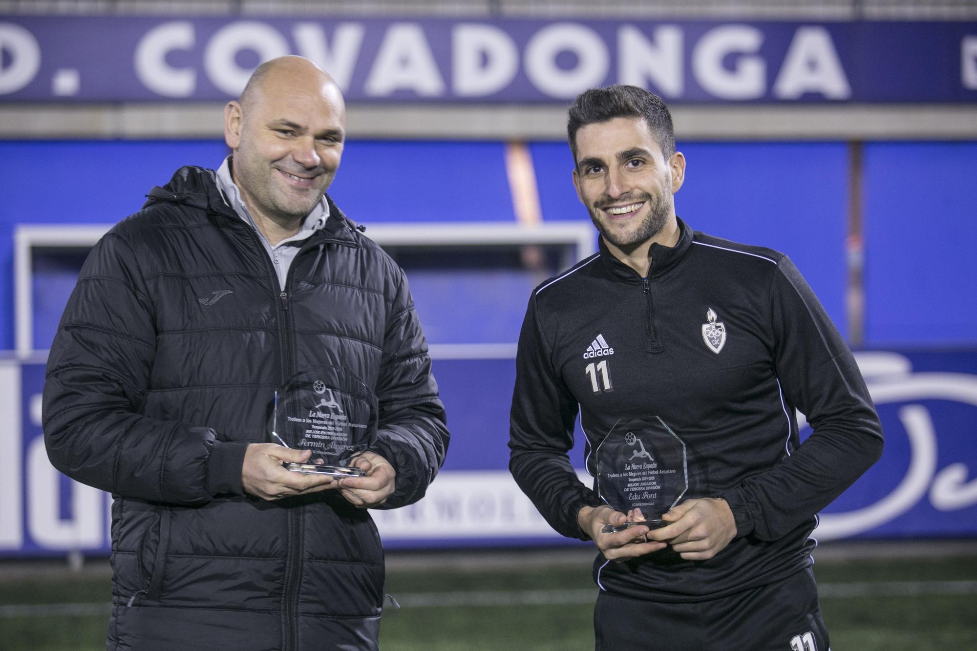 Por la izquierda, Ferm�n �lvarez, mejor entrenador, y Edu Font, mejor jugador de Tercera, ambos del Covadonga..jpg
