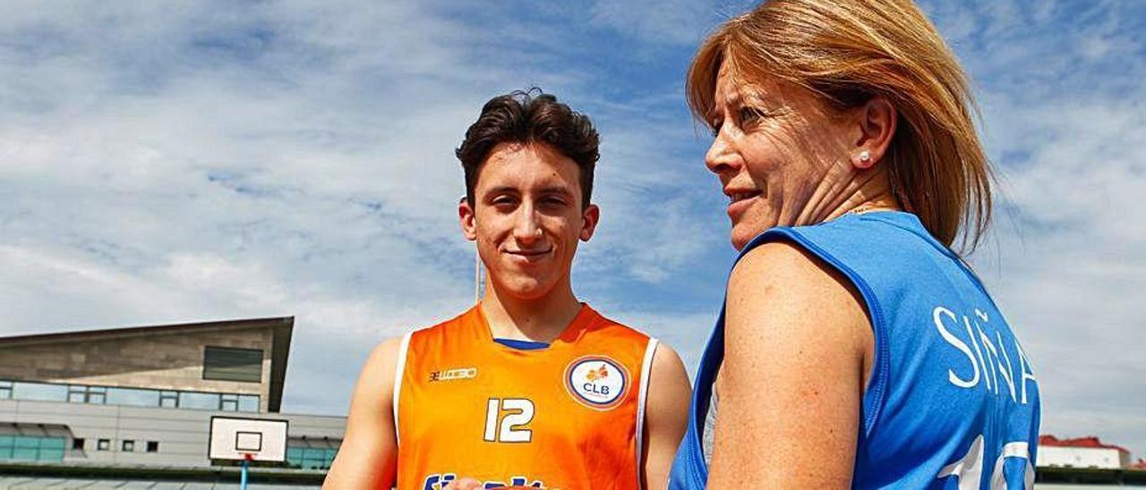 Madre e hijo con las camisetas más importantes de la historia del baloncesto local.  