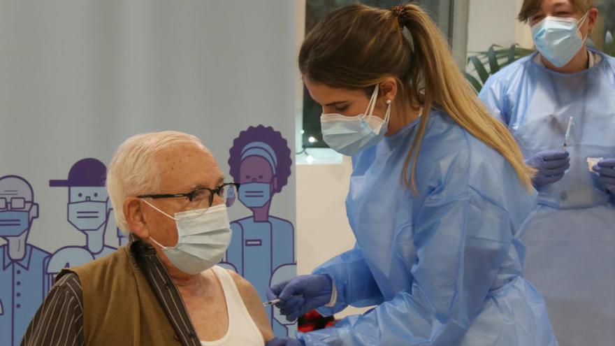 Esteve Font, un usuari de 93 anys de la residència Creu de Palau, primer gironí vacunat