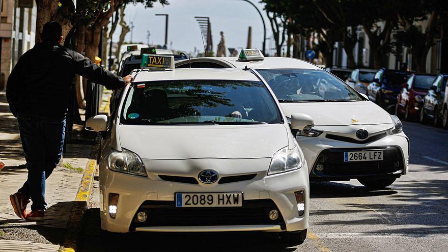 Suspendidos los 400 taxis estacionales de Ibiza a la espera de las reservas turísticas en verano