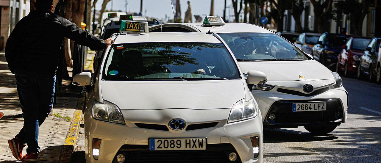 Imagen de ayer de la parada de taxis de la avenida Bartomeu de Rosselló, en Vila. | TONI ESCOBAR