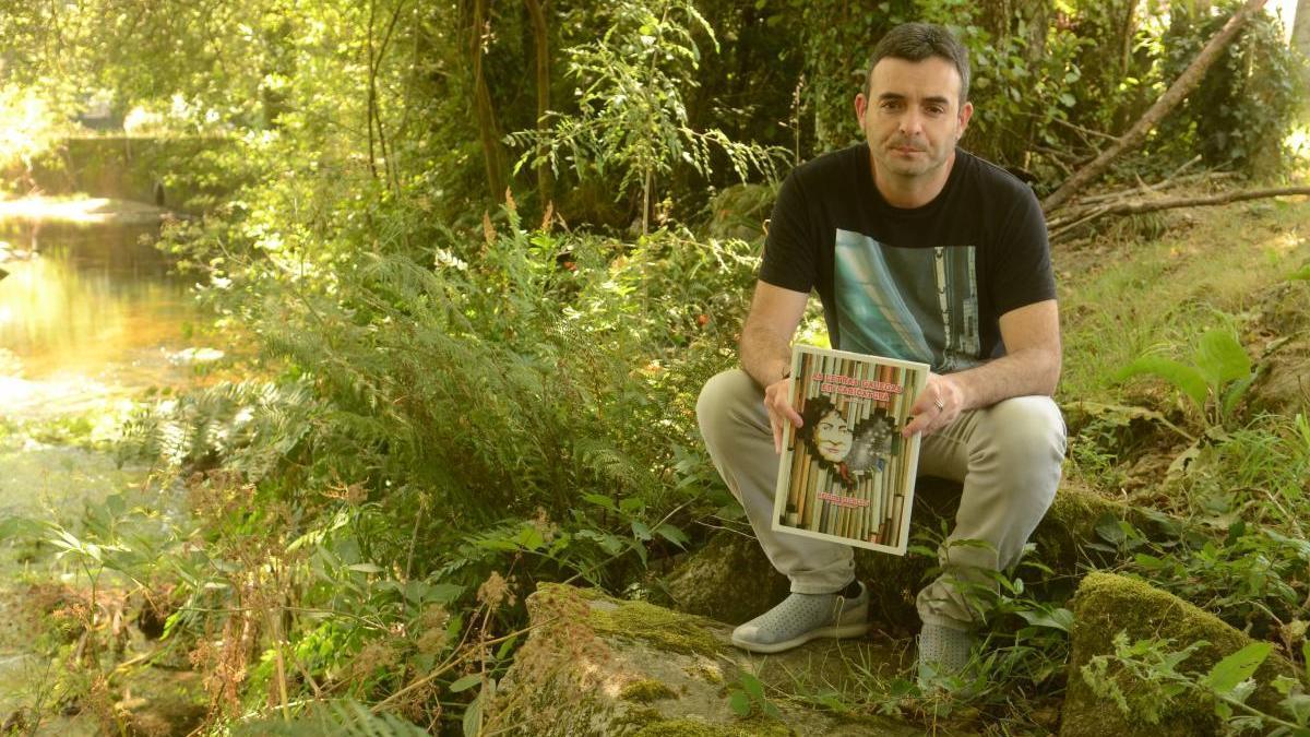 """Picallo cun exemplar de """"As Letras Galegas en caricatura"""". // N. Parga"""