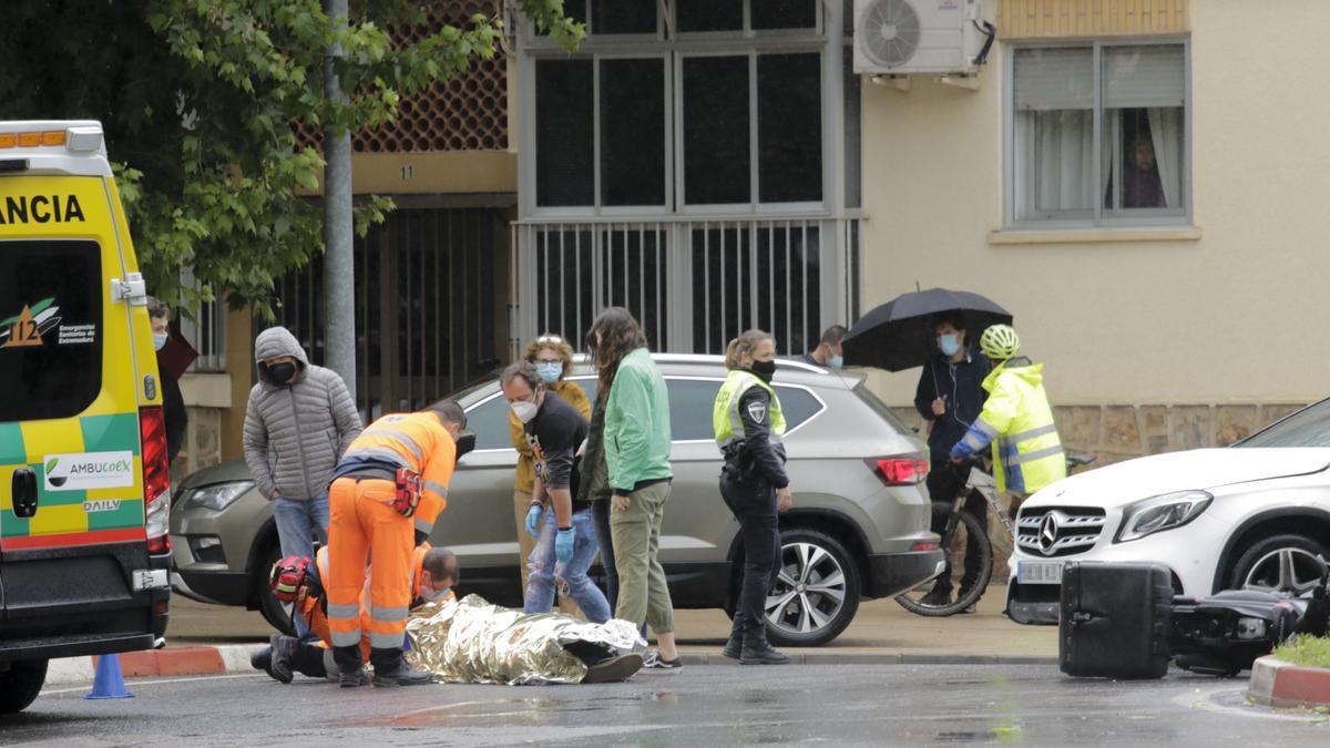 Los sanitarios atienden al motorista herido tras un accidente este domingo en la Hispanidad.