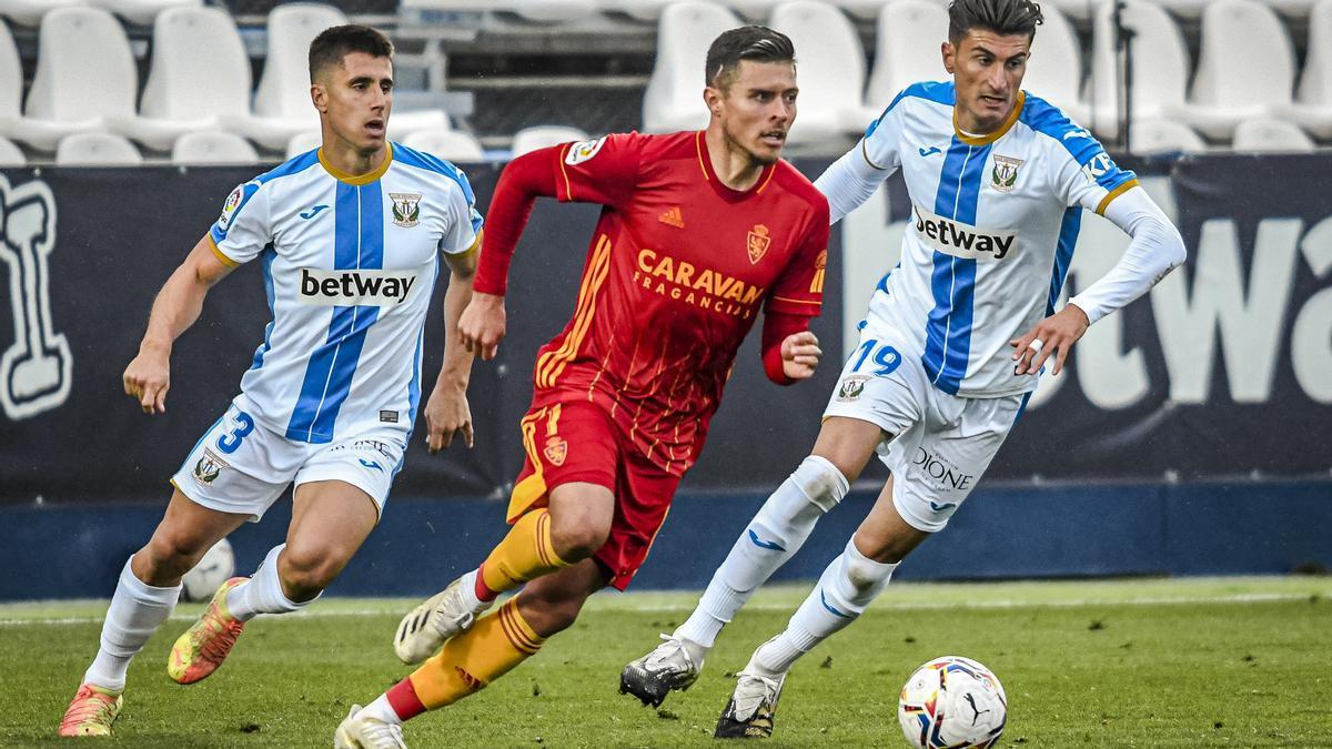 Narváez, entre dos rivales en el partido de la primera vuelta ante el Leganés.