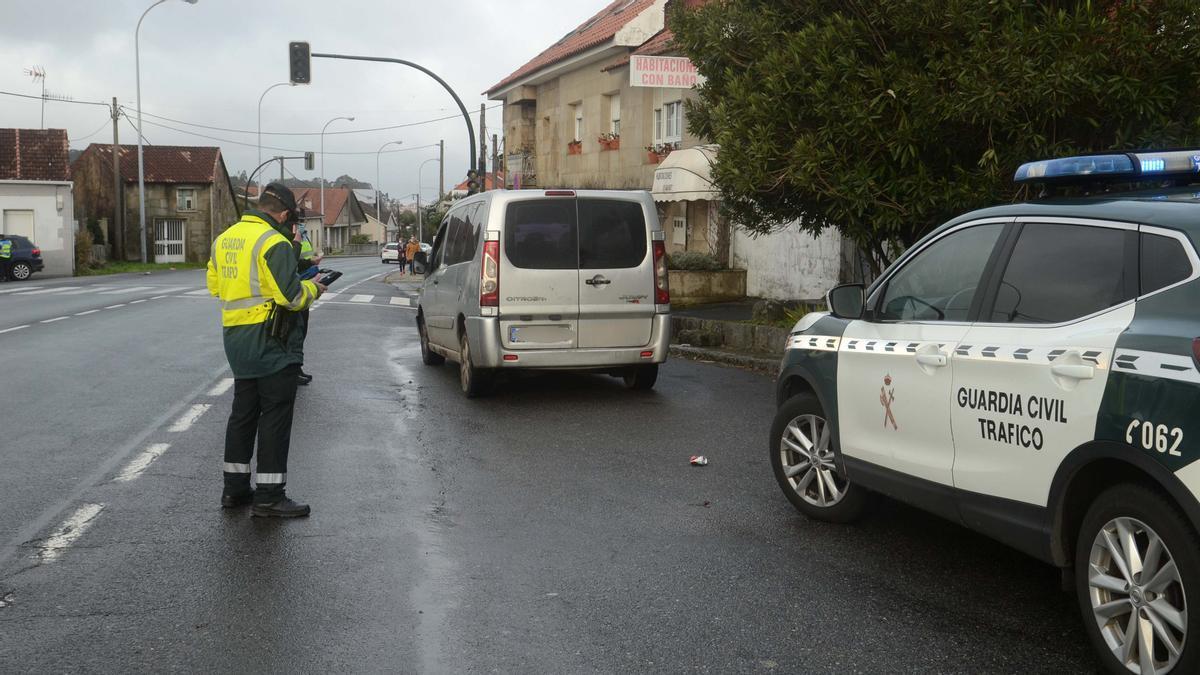 Un momento del control ayer por la mañana en Vilagarcía.