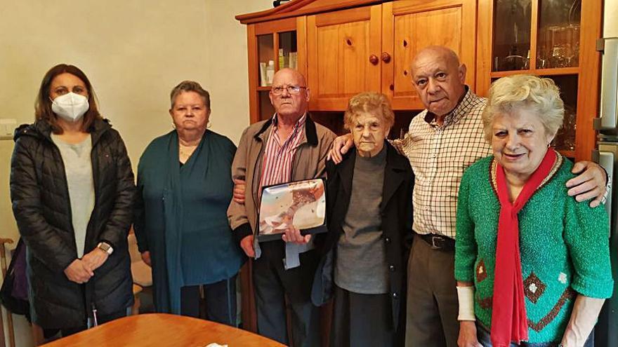 Pilar Reborido, de Celas, celebra sus 102 años con sus hijos y nueras y con la visita de la edil de Bienestar