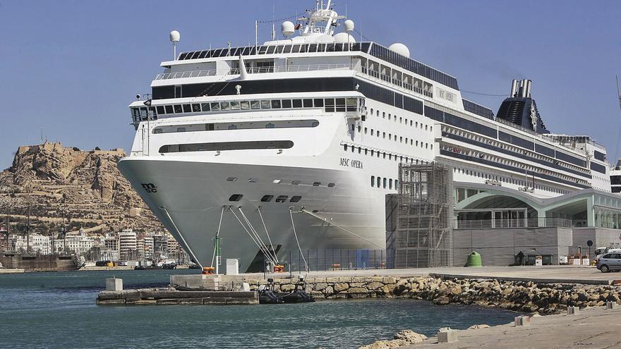 Otro varapalo al turismo: el puerto solo recibe un crucero este año y congela las operaciones para 2021