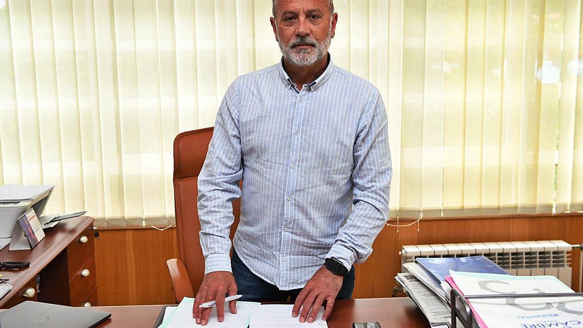 El alcalde de Cambré, Óscar García Patiño, en su despacho, en el Concello de Cambre.   | // CARLOS PARDELLAS