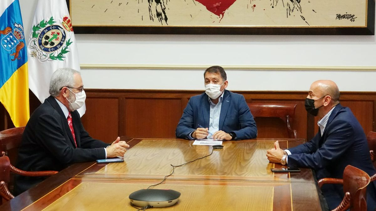 Un momento de la reunión mantenida este jueves entre el Ayuntamiento de Santa Cruz y Fepeco.