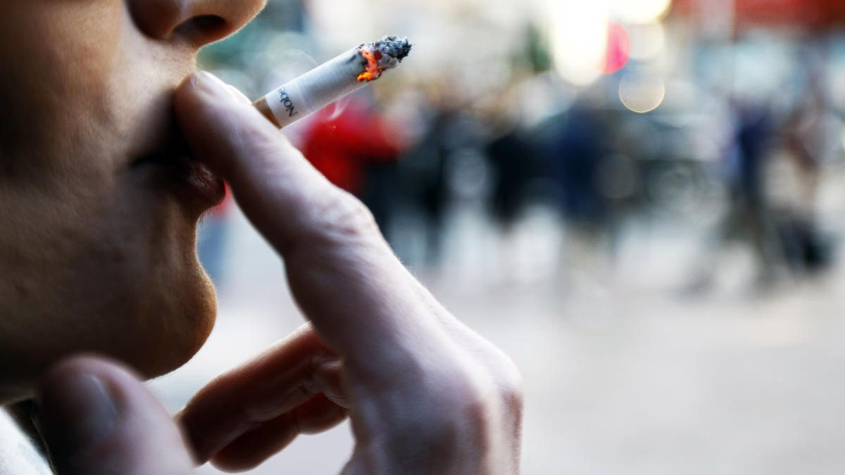 Fumar en la vía pública o en terrazas de bares quedaría restringido.