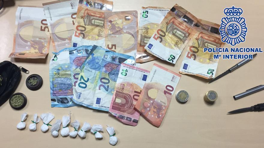 Dos detenidos en Yecla tras descubrir que llevaban droga y armas en un bolso