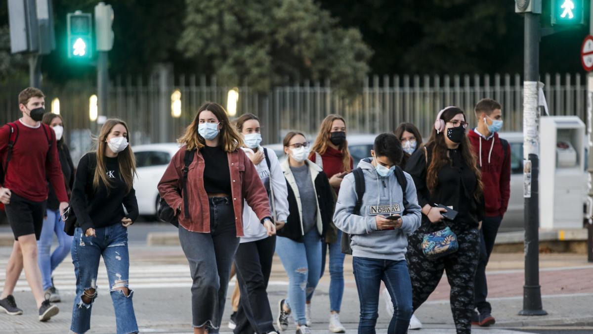 Varios estudiantes de la UPV accediendo al campus ayer, primer día de clases presenciales tras el brote del Galileo Galilei.