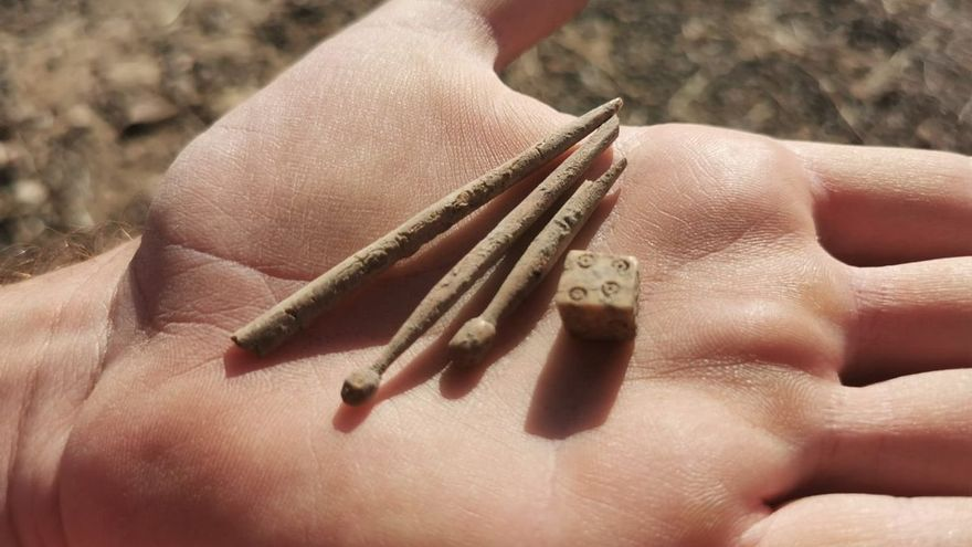 Hallan monedas, agujas y un dado en las excavaciones de Pollentia