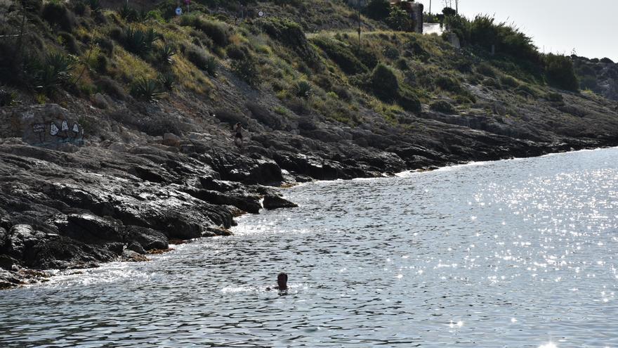 La Policía evita que un hombre salte al vacío desde un acantilado de Ibiza