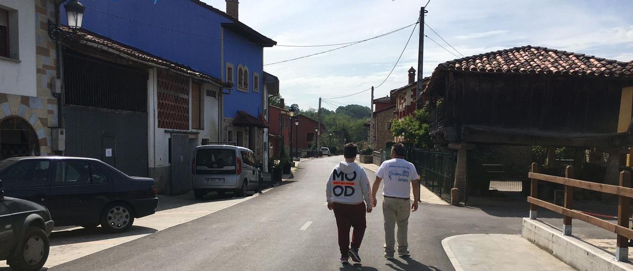 Dos vecinos, en la calle principal de Corao (Cangas de Onís)