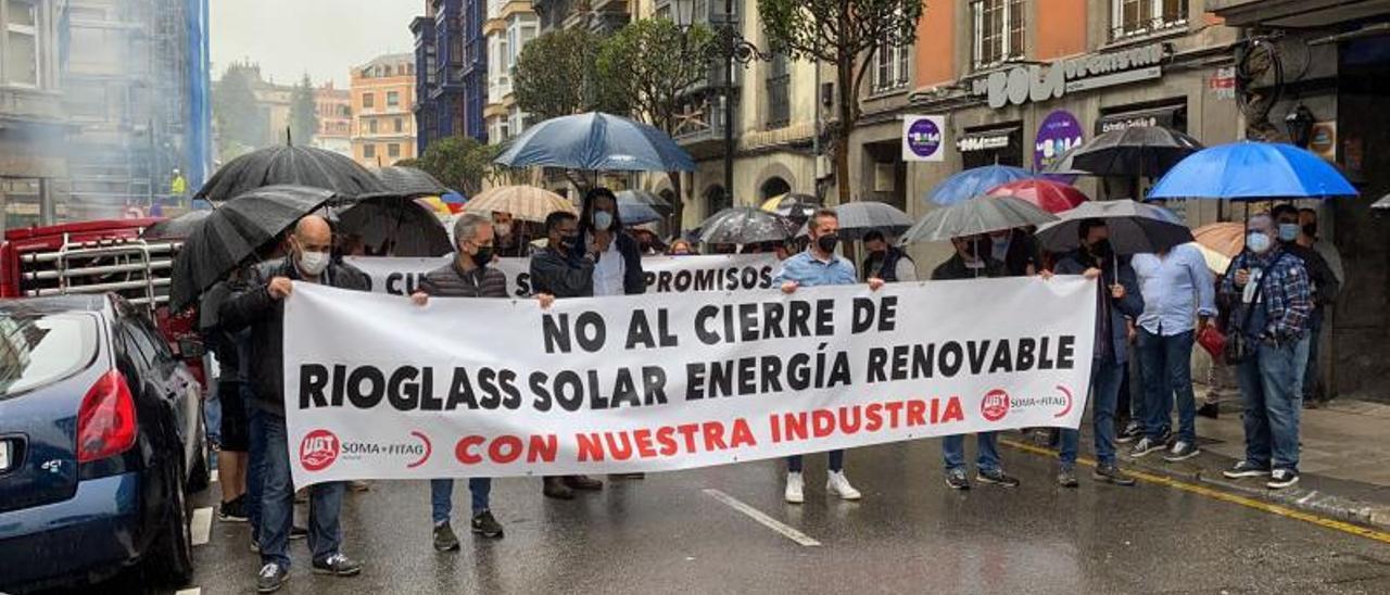 Los trabajadores de Rioglass Solar, durante el corte de la calle que realizaron como protesta en la capital asturiana. | Vivas
