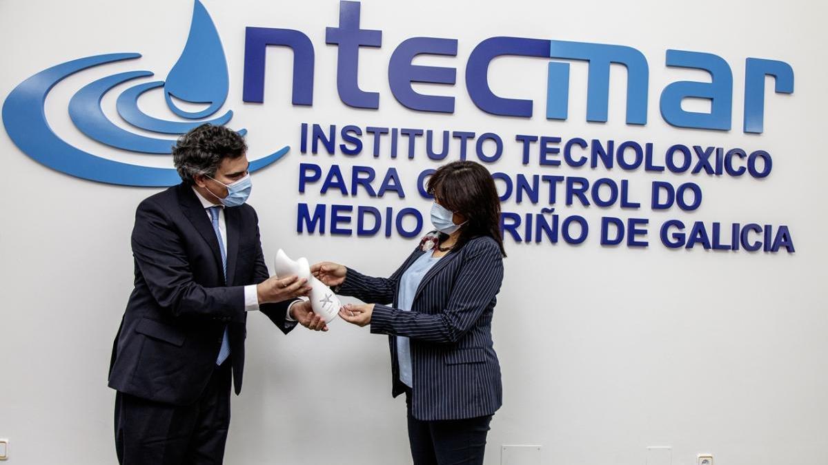 Covadonga Salgado recibió físicamente el premio que fue concedido al Intecmar en marzo.