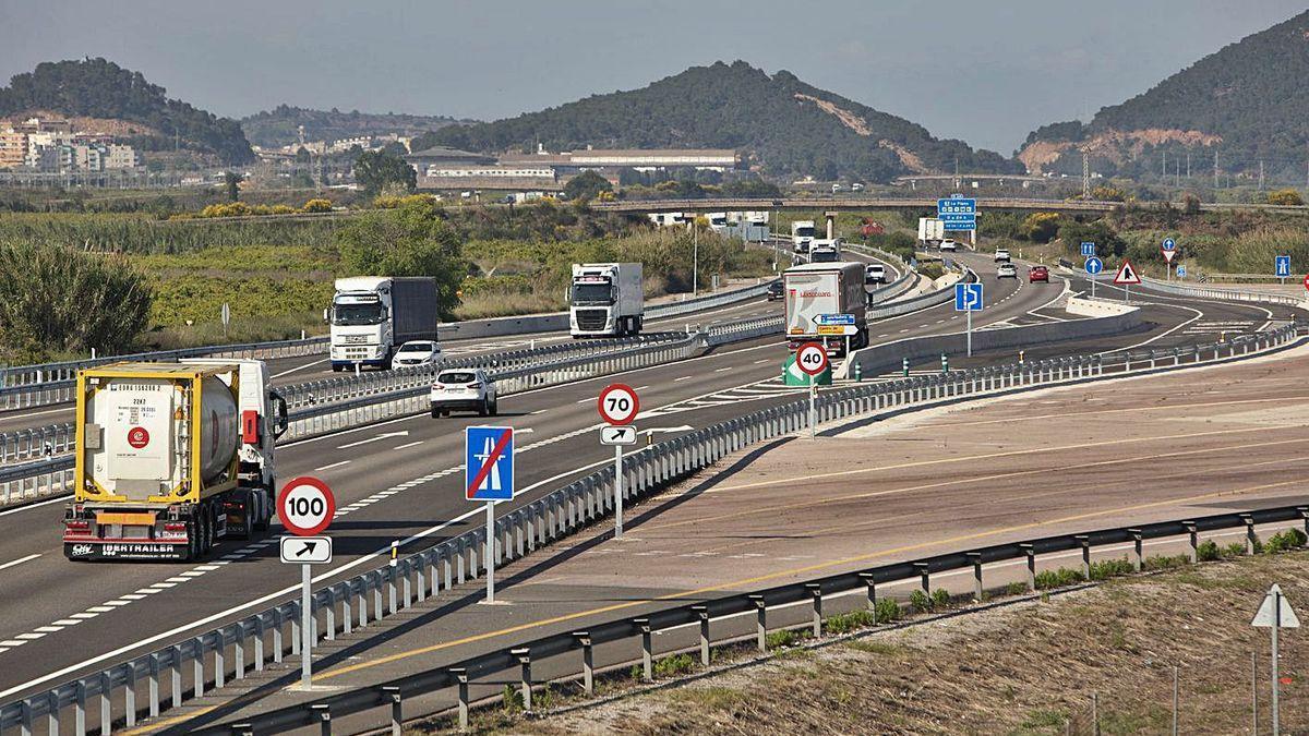 Peaje en las carreteras: el Gobierno estudia implantar una tarifa por el uso de algunas vías. En la imagen, antiguo peaje de la A-7 a la altura de Sagunt.