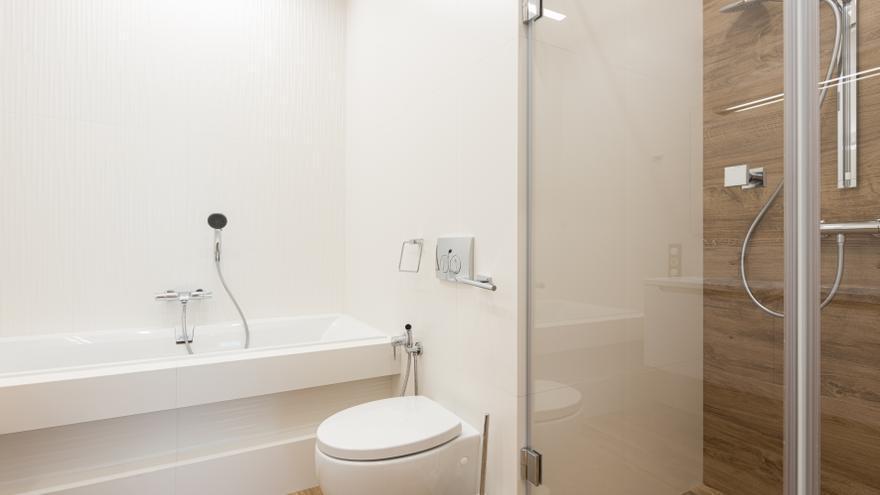 El truco casero de los expertos en limpieza para dejar el inodoro como nuevo en un minuto