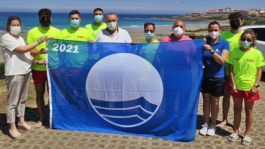 A Laracha iza la Bandera Azul en la playa de Caión
