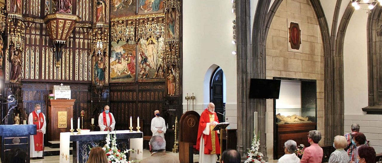 La misa de Santiago en la iglesia de Sama.