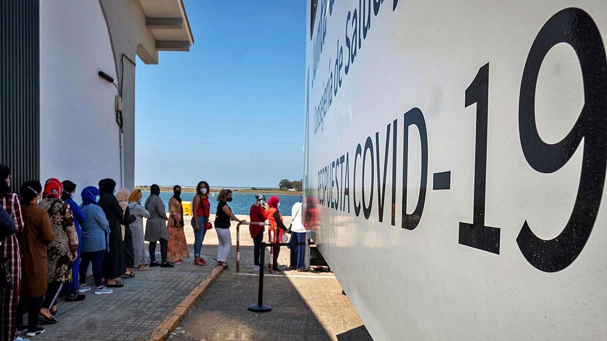 Temporeras marroquíes hacen cola en Huelva para realizarse pruebas PCR antes de ser repatriadas.