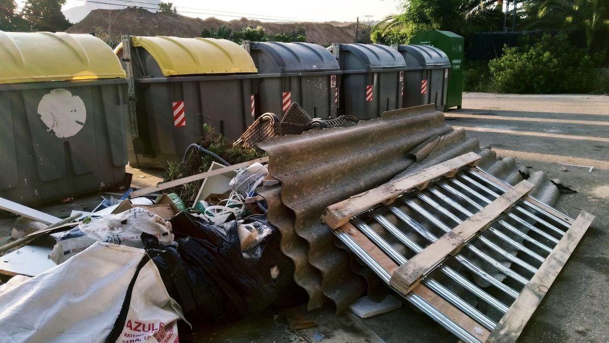 Las piezas de fibrocemento arrojadas junto a los contenedores de basura