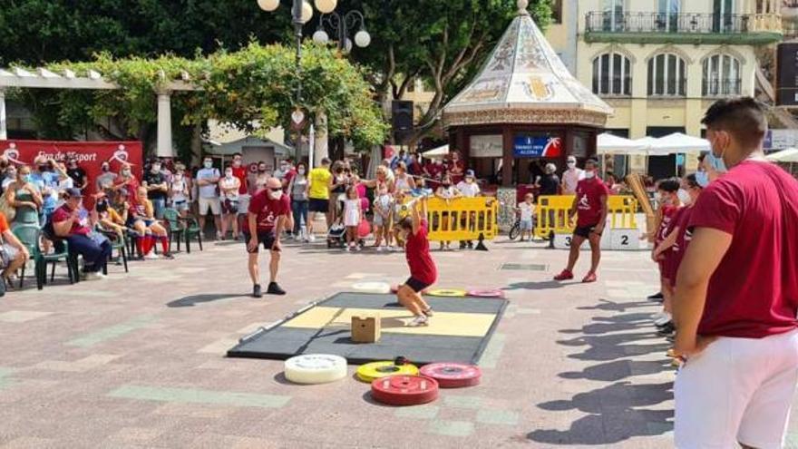 Alzira practica dos decenas de deportes en la Plaza Mayor